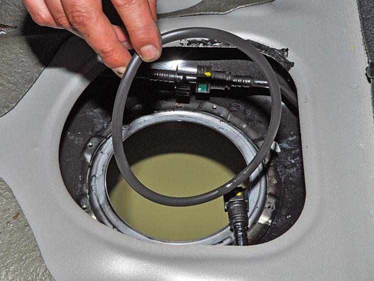 Как заменить топливный фильтр на Киа Рио?