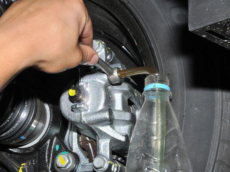 Как поменять тормозную жидкость на Киа Рио?