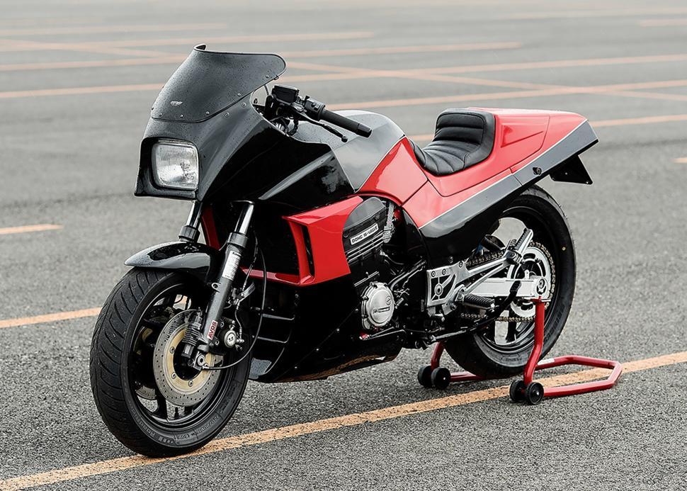 Мотоцикл Kawasaki GPZ 900 это спортивно - туристический байк